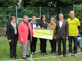 Eröffnung des neuen Fußballplatzes mit den Vertretern der Stadt Salzkotten,  der Familienzentrum Leitung,  der Deutschen Bank,  Petra Stüker und Siggi Held